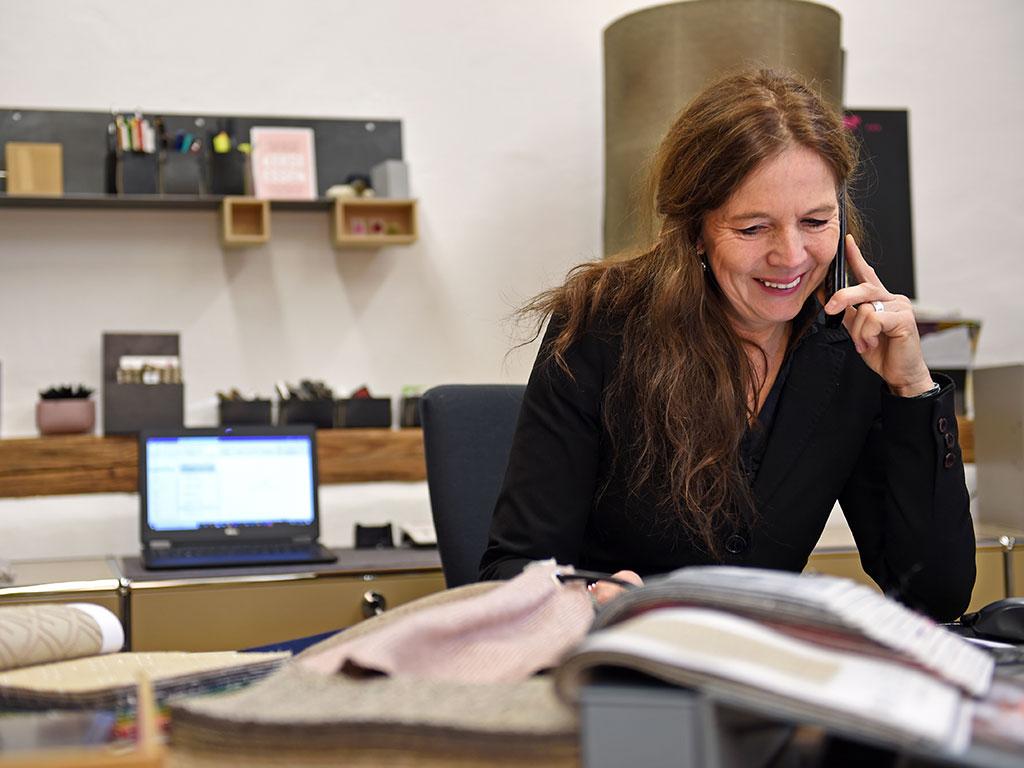 Frau Eberhard am Telefon